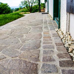 italienischer Porphyr - Weg ums Haus - Garten Leber - Gartengestaltung und Pflasterei - Pflasterermeister - Schönes Wetter Steiermark
