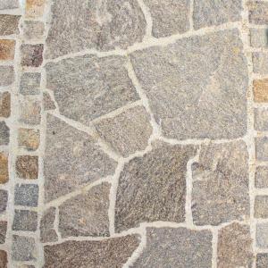 Porphyr Kleinpflastersteine mit Polygonalplatten kombiniert - Garten Leber - Gartengestaltung und Pflasterei - Pflasterermeister